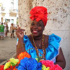 Sonrisa - Smile (nuska2008) Tags: nuska2008 nanebotas cuba mujerconpuro flores lahabana lahabanavieja plazadelacatedral vestidotípico turbante colorido olympussz30mr travel vacaciones flowers habano collares pulseras woman mujer people