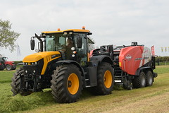 Grass & Muck 2018 JCB 4220 Fastrac Tractor with Kuhn FBP 3135 Intelliwrap Baler Wrapper Combi (Shane Casey CK25) Tags: grass muck 2018 jcb 4220 fastrac tractor kuhn fbp 3135 intelliwrap baler wrapper combi traktor traktori tracteur trator trekker ciągnik farming farm farmer agriculture agri working work land field machinery farmmachinery horsepower horse power hp pull pulling nikon d7200 machine ireland irish county offaly