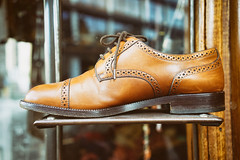 Brogue in the window (Eric Flexyourhead) Tags: amsterdam netherlands holland nederland city urban detail fragment shop store display shoeshop shoestore shoe footwear leather brogue brown tan shallowdepthoffield bokeh sonyalphaa7 zeisssonnartfe35mmf28za zeiss 35mmf28