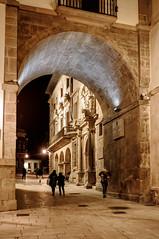 El arco de San Vicente, Oviedo (ccc.39) Tags: asturias oviedo noche nocturna cascoantiguo ciudad calle museoarqueológico city urban street night