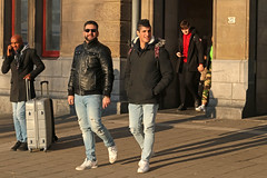 Stationsplein - Amsterdam (Netherlands) (Meteorry) Tags: europe nederland netherlands holland paysbas noordholland amsterdam amsterdampeople candid streetscene people centrum center centre stationsplein centraalstation station men guys male hommes sunglasses hunk cute passengers voyageurs sneakers trainers baskets skets jeans converse onestar january 2019 meteorry