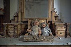 Dolls (JG - Instants of light) Tags: strawsuitcase dolls toys furniture mirror dressingtable abandoned creepy scary forgotten decay maladepalha bonecas brinquedos mobília espelho penteadeira abandonado arrepiante assustador esquecido decadência urbex urbanexploration exploraçãourbana nikon d5500 sigma 1020
