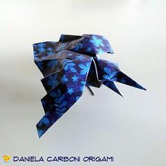 """""""Corvo"""" Seconda resa del modello, piegata nei giorni scorsi, usando carta blu scuro con un motivo a fiori azzurri. Carta da origami decorata, lato 15cm. Modello creato il 22/02/2019. -------------------------------------------- """"Crow"""" Second model renditi (Nocciola_) Tags: crow paperart cartapiegata corvo createdandfolded papiroflexia paperfolding originaldesign danielacarboniorigami paper origami"""
