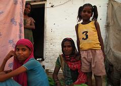 Mujeres Y Niña (PoLiTvS) Tags: 2011 2011india1 asia datia digital formatos india lugares retratos viajes