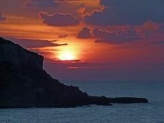 Espagne, l'île de Ibiza, un coucher de soleil de feu (Roger-11-Narbonne) Tags: espagne île ibiza coucher soleil mer méditerranée baie