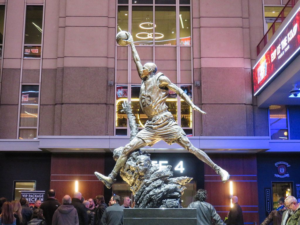 84b0af87628 2019 (timp37) Tags: statue chicago illinois united center kiss conert