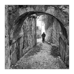 melancholy (Francisco (PortoPortugal)) Tags: 0682019 20150223fpbo0527 monochrome monocromático pretoebranco blackandwhite bw nb pb pessoas people quadrada square arcos arches