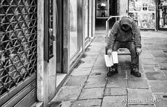 venezia ... (andrealinss) Tags: italia italien italy venedig venezia venice schwarzweiss street streetphotography streetfotografie bw blackandwhite andrealinss 35mm