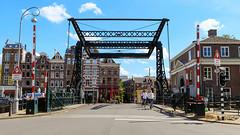 Passage (mic00l) Tags: 24105mm amsterdam nemo f40 jour été hollandeseptentrionale paysbas nl canon eos 6d candid street shot day summer