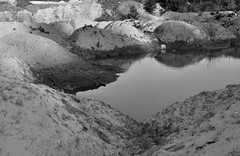 See in den (Sand-) Bergen (2) / Lake in the (Sand-) mountains (2) (Lichtabfall) Tags: blackandwhite blackwhite bw buchholzidn buchholz berge sand wasser water see lake landschaft landscape schwarzweiss monochrome einfarbig