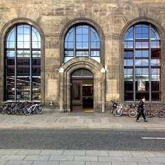 Mitropa ging's auch schon mal besser / am Bahnhof Dresden-Neustadt (DANNY-MD) Tags: mitropa dresden bahnhof durchlatscher fahrrad dresdenneustadt frau sachsen gehweg strase fusgänger mobilisation 3