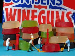 Tiny People -  Im Weingummi Lager (J.Weyerhäuser) Tags: 187 arbeiter h0 lager preiser tinypeople winegums