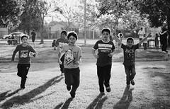 Vacaciones (dani_pena) Tags: bw byn blackandwhite blancoynegro fotografía photography candid candidphotography kids fun light barrio neighborhood vacaciones vacations