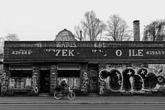 Vorsicht... (Hans_59) Tags: hamburg sw street shadows structure struktur schatten streetfotografie people architektur architecture altona monochrome menschen schanzenviertel blackandwhite blackwhite kontraste contrasts city fotofreakshamburg