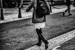 Comme de la dentelle. (LACPIXEL) Tags: encaje lace dentelle femme mujer woman traverser crossing tocross cruzar road route carretera rue street calle sacàdos backpack mochila bottes botas boots photographederue streetphotographer sony flickr lacpixel