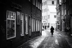 Merry Christmas (Sandy...J) Tags: winter street streetphotography sw schwarzweis strasenfotografie snowfall blackwhite bw monochrom noir photography people city germany urban nikon d5200
