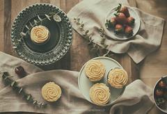 Brunch (Graella) Tags: cupcakes stilllife dulce postre bakery cooking cocina cocinar kitchen amarillo fruta fresas strawberries cenital flatlay seasons winter seasonsmydiary 52semanas food homemade magdalenes magdalenas muffins sweet brunch