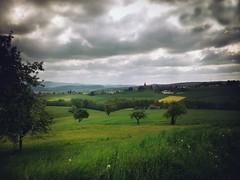 Landschaft zwischen Kronach und Mitwitz in Oberfranken (Maquarius) Tags: landschaft kronach wiese obstbäume raps dorf regen wolken düster oberfranken franken mitwitz