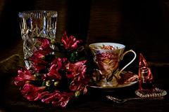 Astromerie 2 (jadwigatrzeszkowska) Tags: astromeria kwiaty kryształ szkło filiżanka ceramika łyżeczka błysk blask perfumy jadwigatrzeszkowska warszawa polska panasonic
