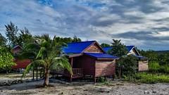 180803-01 Les chalets (2018 Trip) (clamato39) Tags: samsung kohrong island île cambodge cambodia asia asie ciel sky clouds nuages jungle palmiers palms chalet voyage trip