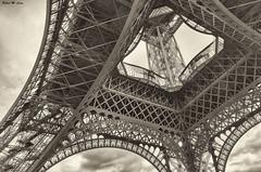 En las entrañas de la torre (Jose Manuel Cano) Tags: paris torre eiffel nikond5100 byn bw metal tower
