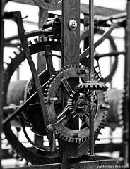 Tempus fugit : Die Zeit vergeht (Mike Reichardt) Tags: uhrwerk clockwork minimalism minimal blackwhite blancetnoir technik technic schwarzweiss spielereien monochrome clock gears zahnräder
