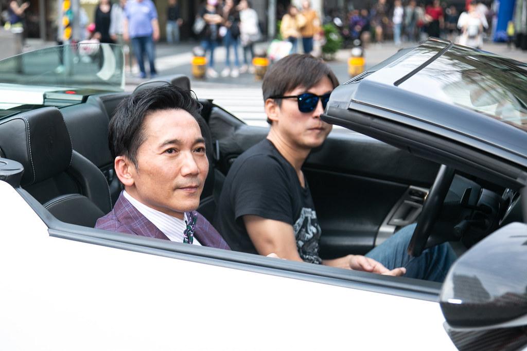 鄒兆龍乘價值千萬藍寶堅尼出席手遊代言記者會。(黃金娛樂城提供)