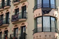 Senyora al balcó.....Señora en el balcón. (AviAntonio) Tags: edifici colors reflexos senyora edificio colores reflejos carnaval