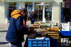 Lecteur (Meculda) Tags: street marché livre nikon 35mm france color couleur bleu blue streetphotography streetphoto