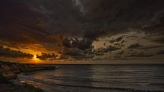 Admirando el amanecer (Fotgrafo-robby25) Tags: alicante amanecer costablanca gente marmediterráneo nubes rocas sol sonyilce7rm3