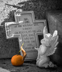 Erinnerung --- Remembrance (der Sekretär) Tags: cuxhaven detail deutschland engel friedhof frucht germany grab grabmal grabstein gravur gräber inschrift kreuz lowersaxony mandarine niedersachsen obst schrift schriftzug stein angle cemetery closeup cross dead death engraving fruit gestorben grave gravestone graveyard inscription mandarin sterben stone tombstone tot writing