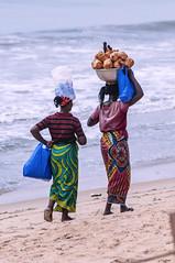 VENDITRICI    ----    SALESWOMWN (Ezio Donati is ) Tags: gente people spiaggia beach mare sea oceano ocean westafrica costadavorio grandbassam