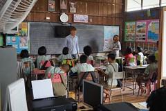 Les bénévoles internationaux soutiennent les professeurs thaïlandais (infoglobalong) Tags: stage étudiant service bénévolat volontaire international engagement solidaire voyage découverte enseignement éducation école enfants aide alphabétisation scolaire asie thaïlande jeux sport art informatique rénovations