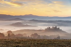 *Golden morning in Val d'Orcia* (Albert Wirtz @ Landscape and Nature Photography) Tags: albertwirtz toskana tuscany toscana italy italien italia landscape paesaggi paisaje campo campagne campagna nature natur natura fog nebbia mist misty foggy neblig laniebla brume bruma brouillard goldenhour goldenestunde goldenmorning goldenermorgen belvedere sanquiricodorcia pienza poderebelvedere villabelvedere schöneaussicht valdorcia bauernhof field agricultural agriturismo ferienaufdembauernhof rural ländlich countryside sunrise sonnenaufgang