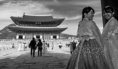 Smiling Girls (Seoul, South Korea. Gustavo Thomas © 2019) (Gustavo Thomas) Tags: gyeongbokgung palace seoul korean korea southkorea girls women smile traditional mono monochrome bnw blackandwhite tourism voyager voyage traveler travel asia