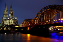 Kölner Dom mit Hohenzollernbrücke (hermann.kl) Tags: köln cologne nacht blauestunde kölnerdom hohenzollernbrücke rhein eisenbahn eisenbahnbrücke