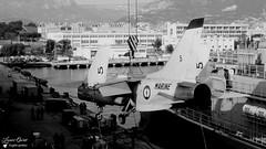 5 - F8E Crusader (Laurent Quérité) Tags: canonfrance canonae1 noirblanc blackwhite aviation aéronef aéronavale aéronautiquenavale frenchnavy marinenationale militaryaircraft avion toulon france f8e crusader