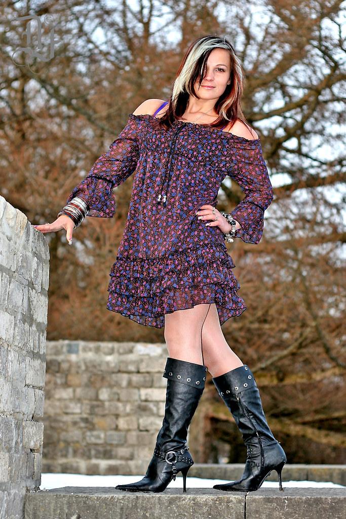 Amateur girl purple skirt upskirt words