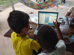 Les enfants s'initient à l'informatique (infoglobalong) Tags: stage étudiant service bénévolat volontaire international engagement solidaire voyage découverte enseignement éducation école enfants aide alphabétisation scolaire asie thaïlande jeux sport art informatique rénovations