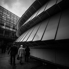 Musée du quai Branly, Paris, France (pas le matin) Tags: architecture people bw nb blackandwhite noiretblanc monochrome lines window lignes musée muséum quaibranly muséeduguaibranly gens ciel sky cloud nuage canon 350d canon350d canoneos350d eos350d street candid paris france europe europ europa voyage travel world