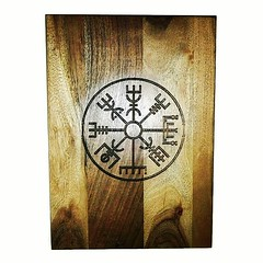 Vegvisir Nordic Compass Norse Viking Wooden Acacia Engraved Chopping Board #Viking #nordic #cheeseboardsofinstagram #wine #Personalised #vikingstyle #Retrosheep Retrosheep.com (RetrosheepCharms) Tags: retrosheep handmade gifts deals giftideas