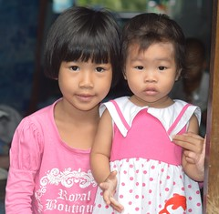 sisters in a doorway (the foreign photographer - ฝรั่งถ่) Tags: two sisters doorway children khlong thanon portraits bangkhen bangkok thailand nikon d3200 happyplanet asiafavorites
