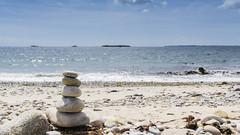Cette île me manque... (Mare Crisium) Tags: cairn kairn houat morbihan bretagne britany plage beac sand sable ile island pierre stone sky ciel mer ocean sea atlantique atlantic blue bleu