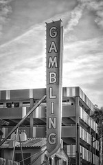 Gambling Sign (podolux) Tags: 2019 april2019 sony sonya7 ilce7 sonyilce7 a7 blancoynegro blackandwhite bw lasvegas nevada nv clarkcounty arrowsign bulbsign signs sign