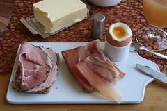 Kräuterschinken und geräucherter Schinken auf Dinkelsaftkornbrot zum Frühstücksei (multipel_bleiben) Tags: essen brot frühstück wurst schinken ei typischdeutsch