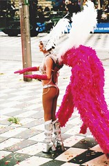 glitters and feathers (omnia_mutantur) Tags: ballerina danceuse dancer bailarina nice nizza nissa 06 france francia frança alpesmaritimes paca street strada calle rue rua donna mujer mulher woman femmina female ragazza girl nana fille jeunefille femme garota chica culo cul bumbum carnevale carneval carnaval carnival glitter feathers placemassena feminino femenino femelle gambe jambes legs piernas pernas sedere fesses butt nalgas nádegas buttocks corpo cuerpo body corps