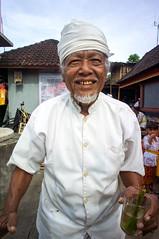 Pemangku (kuuan) Tags: manualfocus mf voigtländer15mm cvf4515mm 15mm bali indonesia sonynex5n festival temple pemangku priest templepriest smile