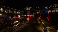 Christmas Lights in Italian Garden and on Dining Room, Butchart Gardens, Brentwood Bay, BC, Canada (dannymfoster) Tags: canada britishcolumbia bc victoria brentwoodbay butchartgardens italiangarden diningroom christmas christmaslight