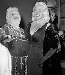 Sophie Tucker en Jayne Mansfield (poedie1984) Tags: jayne mansfield vera palmer blonde old hollywood bombshell vintage babe pin up actress beautiful model beauty hot girl woman classic sex symbol movie movies star glamour girls icon sexy cute body bomb 50s 60s famous film kino celebrities pink rose filmstar filmster diva superstar amazing wonderful photo american love goddess mannequin black white mooi tribute blond sweater cine cinema screen gorgeous legendary iconic sophie tucker oorbellen earrings ketting chain jurk dress décolleté boobs gloves handschoenen