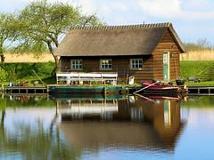 DSCN0905 (alainazer2) Tags: kinderdijk paysbas nederland holland hollande eau acqua water ciel cielo sky champs fields albero arbre tree maison casa house bateau boat